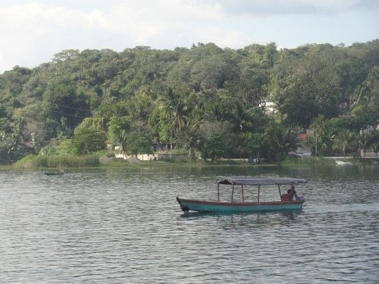 Bateau sur l'ile de Flores au Guatemala photo blog voyage tour du monde travel https://yoytourdumonde.fr