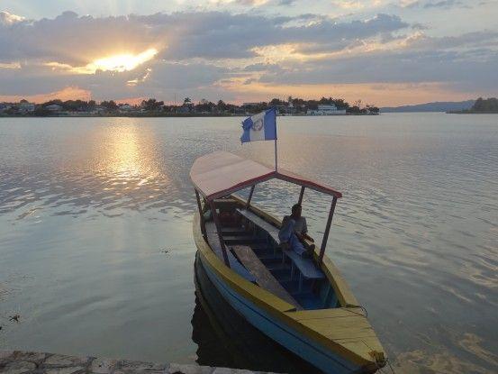 Bateau et lac Peten Izta ile de Flores au Guatemala photo blog voyage tour du monde https://yoytourdumonde.fr