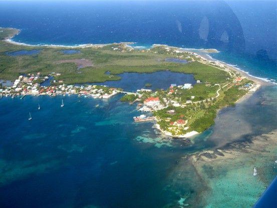 Vous pouvez venir par bateau mais aussi par avion près de l'Ile Utila au Honduras photo blog voyage tour du monde travel https://yoytourdumonde.fr