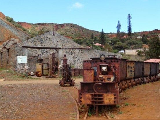 Nouvelle-Caledonie: Mine de Tiebagh des trains encore présents sur le site.