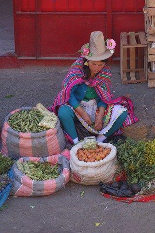 Peru-Huaraz: La soeur de Pedro qui elle tente de vendre des fruits et des herbes.