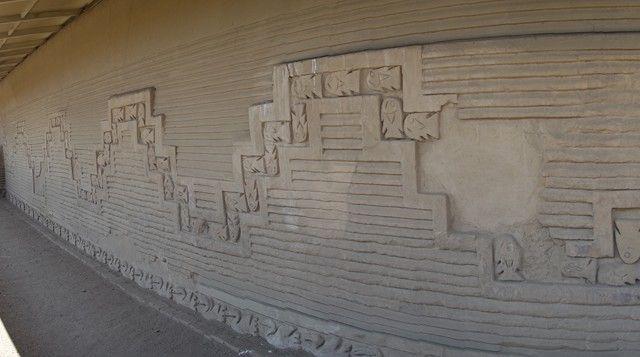 Perou- Chan Chan: Différents reliefs sur les murs de la ville.