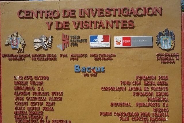 Perou- Huaca del Sol y de la Luna: Surprise avec le panneau d'entrée et le logo du Ministere de la Culture Française.