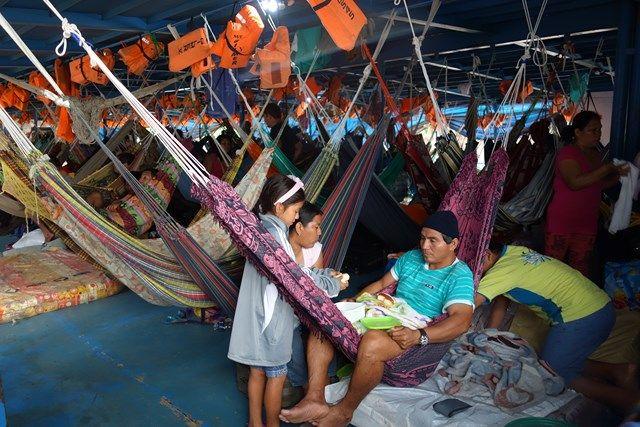 Voyage au Perou- Le bateau de la mort: Yohann a quand meme eu beaucoup de chance, car je n'ai pas dormie avec les 1500 poulets du bas, mais j'etais sur le pont dehors, les autres 1500 poulets étaient à cote.