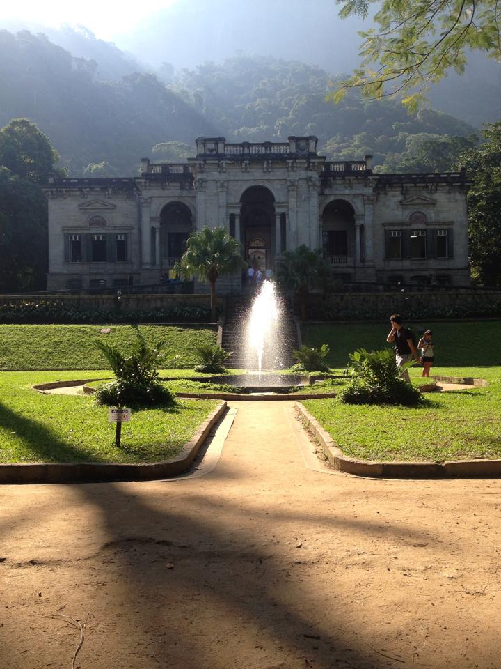 Bresil- Rio de Janeiro: Parc Laje avec maison coloniale. fontaine, et une vision de foret tropicale.