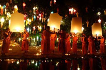 Voyage autour du monde, ici photo prise en Thailande avec des moines.