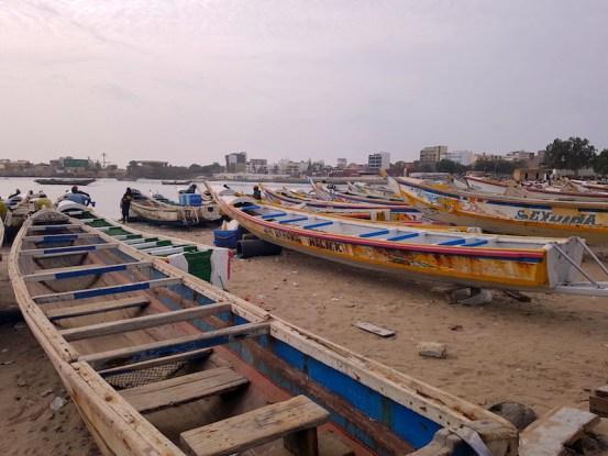 Bateaux de pêcheurs à Dakar. Photo blog voyage tour du monde https://yoytourdumonde.fr