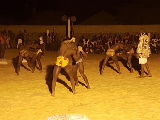 La lutte est omniprésente au Sénégal. Photo blog voyage tour du monde https://yoytourdumonde.fr