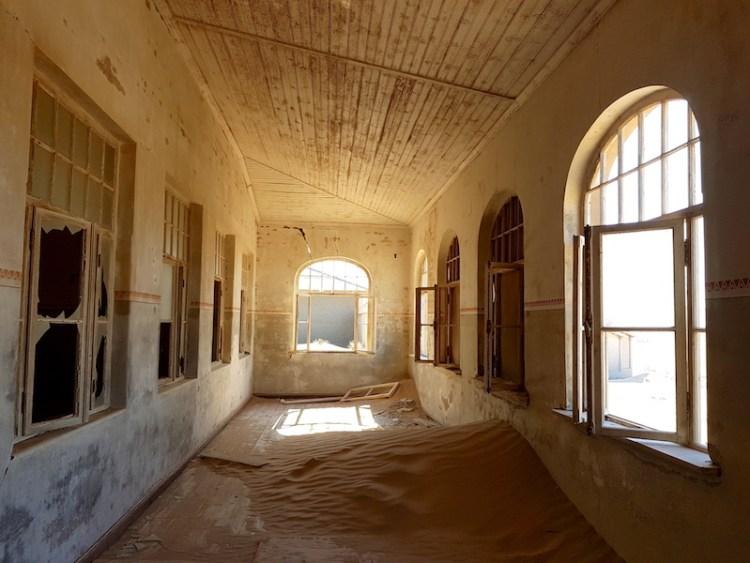 Kolmanskop est une superbe ville fantôme qui se trouve dans le désert Namib en Namibie photo blog voyage tour du monde travel https://yoytourdumonde.fr