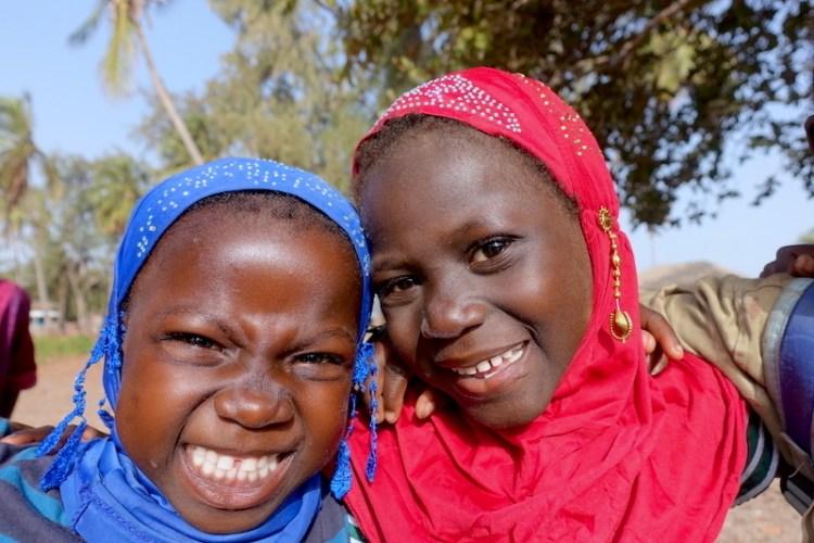 Deux écolières sur l'ile de Casamance au Sénégal. Photo blog voyage tour du monde https://yoytourdumonde.fr
