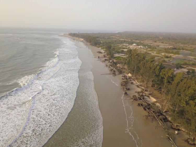 Le littoral sénégalais est attaqué chaque années durant les grandes marées comme ici en Casamance. Photo blog voyage tour du monde https://yoytourdumonde.fr
