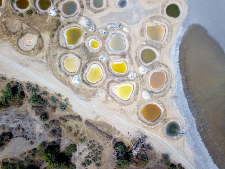 Les magnifiques lagunes de toutes les couleurs des puits de sel de Palmarin dans la région du Sine-Saloum au Sénégal. Photo blog voyage tour du monde https://yoytourdumonde.fr