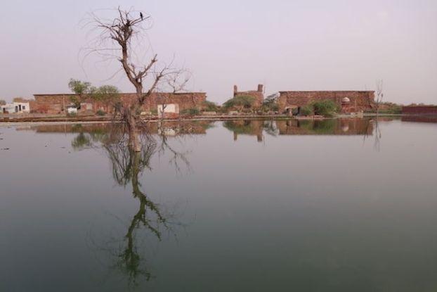 Une partie de la ville de Fatehpur Sikri en Inde est sous les eaux. Photo blog voyage tour du monde https://yoytourdumonde.fr