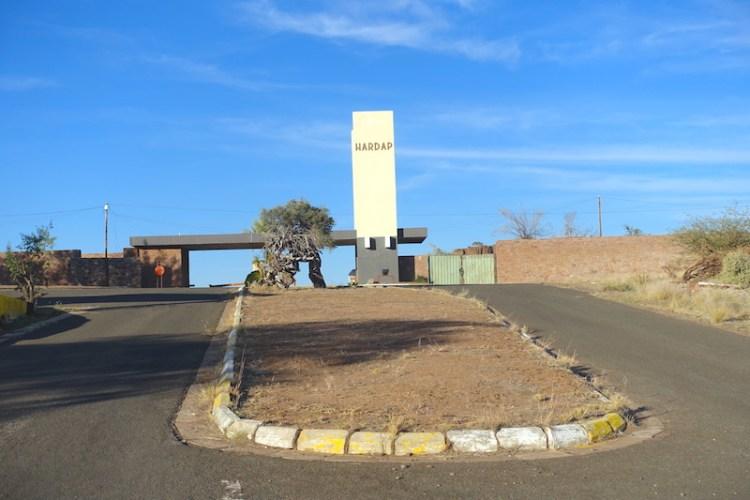 Entrée de la réserve d'Hardap en Namibie photo blog voyage tour du monde https://yoytourdumonde.fr