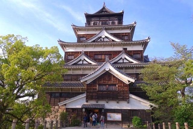 Le chateau d'Hiroshima actuelle est une reconstitution de l'ancien qui fut anéanti apres la bombe atomique. Photo blog voyage tour du monde https://yoytourdumonde.fr