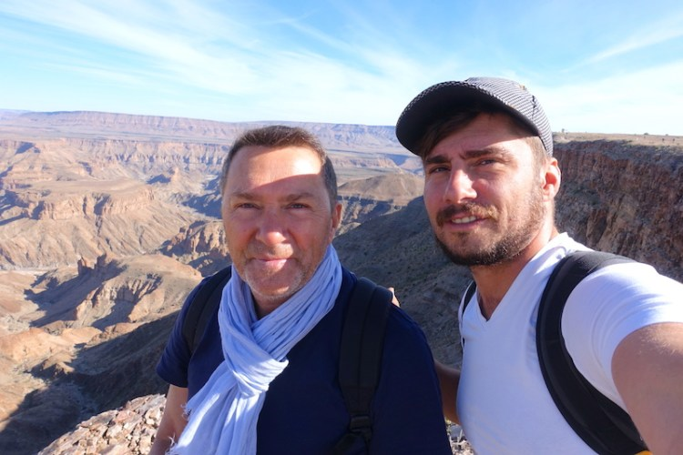 Photo avec papa de Yohann Taillandier au Fish River Canyon en Namibie photo blog voyage tour du monde travel https://yoytourdumonde.fr