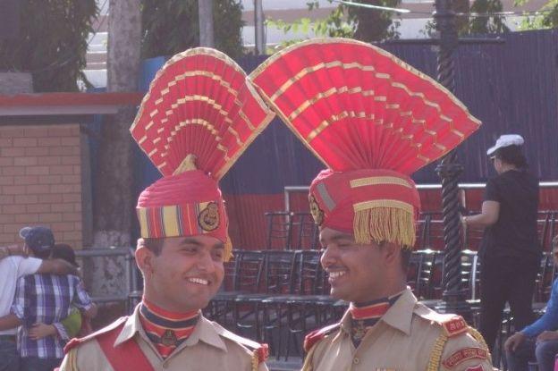 Soldats indiens le long de la frontiere avec le pakistan pour la ceremonie de fermeture des frontieres photo blog voyage tour du monde https://yoytourdumonde.fr
