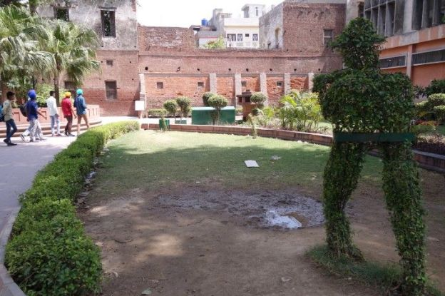 Le jardin Jallianwala Bagh est un lieu pour rendre hommage aux victimes indiennes a Amritsar. Photo blog voyage tour du monde https://yoytourdumonde.fr