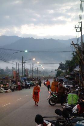 Thailande: Les moines bouddhistes defilent dans les rues en faisant l'aumone.