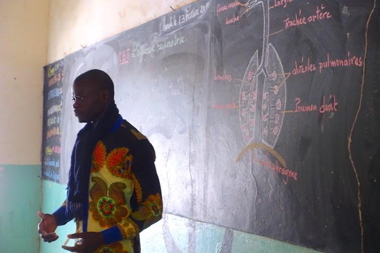 Professeur dans une école du Sénégal à Mar Lodj. Photo blog voyage tour du monde http://yoytourdumonde.fr