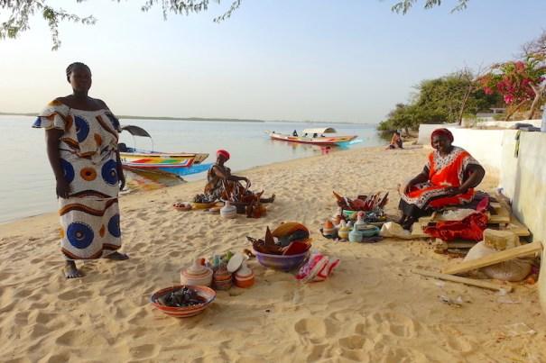 Des femmes vendent des produits artisanaux sur l'Ile de Mar Lodj dans le Sine-Saloum au Sénégal photo blog voyage tour du monde https://yoytourdumonde.fr