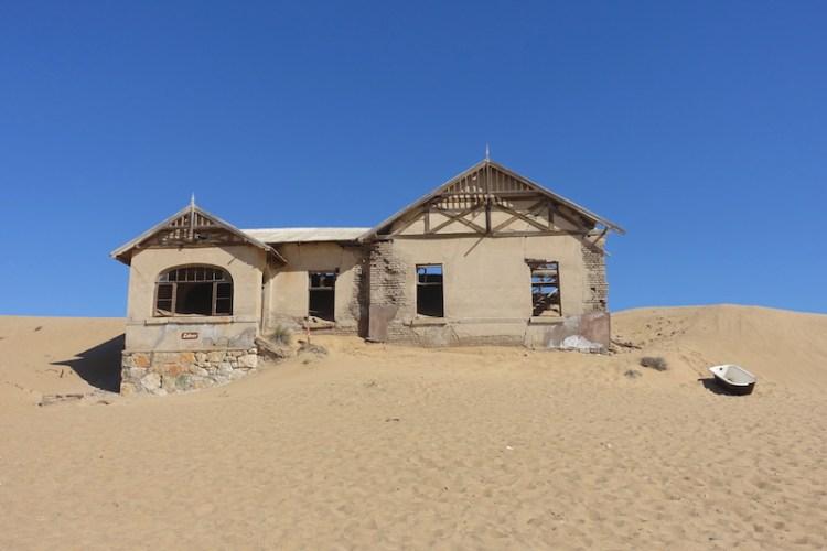 Maison abandonnée dans le désert Namib ville fantôme photo blog voyage tour du monde travel https://yoytourdumonde.fr