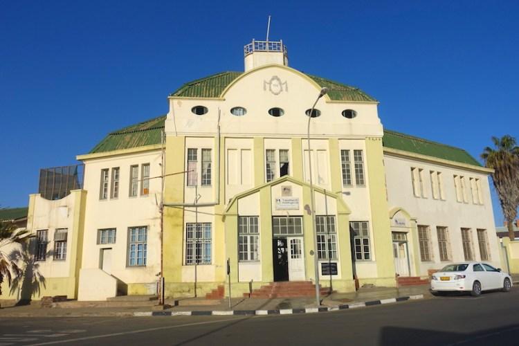 Batiment Art Nouveaux à Luderitz en Namibie photo blog voyage tour du monde travel https://yoytourdumonde.fr