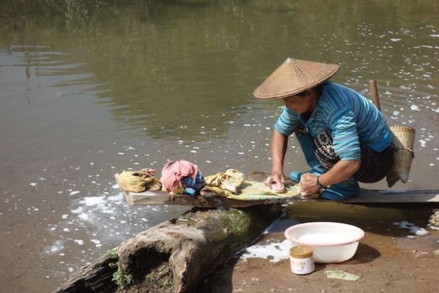 La vie continue malgré la guerre qui n'est pas tres loin birmanie voyage tour du monde photo https://yoytourdumonde.fr