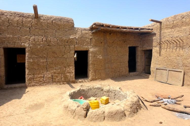 Une maison (case traditionnelle) qui est entrain de se faire construire à Eloubaline au Sénagal en Casamance photo blog voyage tour du monde https://yoytourdumonde.fr