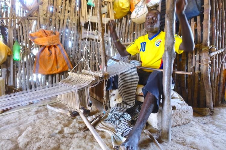 En Casamance et ici à Eloubaline se sont les hommes qui tissent le pagne qui sera utilisé pour les différentes cérémonies mais aussi vendu photo blog voyage tour du monde senegal https://yoytourdumonde.fr