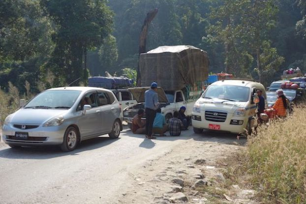 Les routes sont tellements catastrophiques en birmanie que certaines routes n'ont qu'un sens. blog voyage tour du monde https://yoytourdumonde.fr