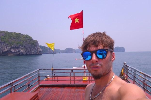 selfie portrait baie d'halong vietnam photo blog voyage tour du monde https://yoytourdumonde.fr