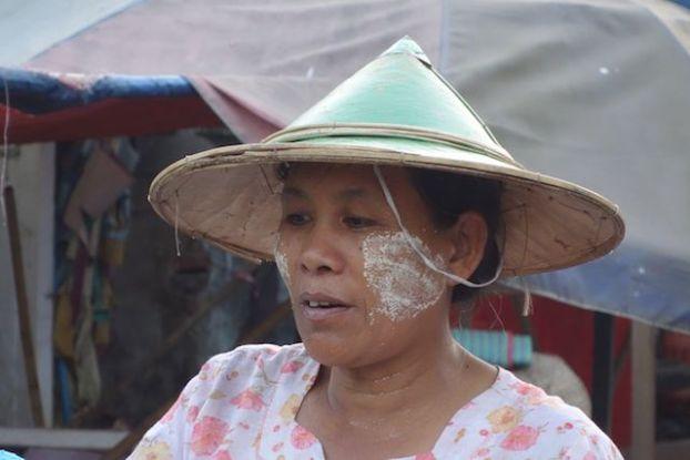 Birmanie: Portrait d'une femme birmane sur la route de Hpa-An
