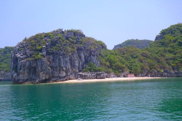 plage baie d'halong vietnam photo blog voyage tour du monde https://yoytourdumonde.fr