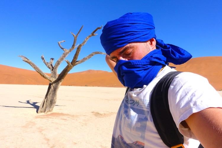 Portrait de Yohann Taillandier dans le désert de Namibie à Sossusvlei photo blog voyage tour du monde travel https://yoytourdumonde.fr