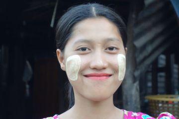 femme birmane et thakana blog voyage http://yoytourdumonde.fr