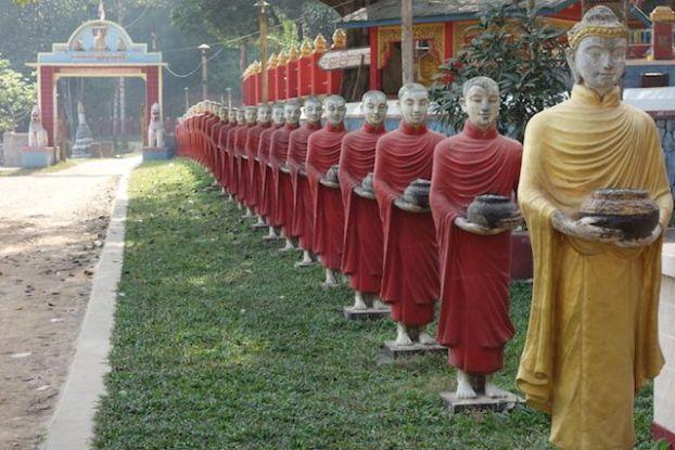 Entrée de moines bouddhistes dans un temple de birmanie a hpa-an photos blog tour du monde https://yoytourdumonde.fr