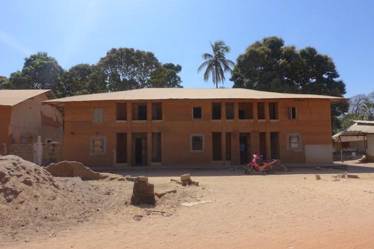 Maison à deux étages à la française du coté de Mlomp au Sénégal en Casamance photo blog voyage tour du monde https://yoytourdumonde.fr