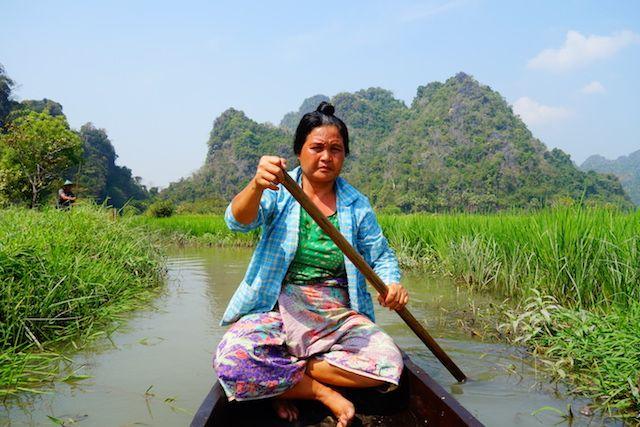 une pirogue vous fait decouvrir les rizieres a hpa-an en birmanie photo blog tour du monde https://yoytourdumonde.fr