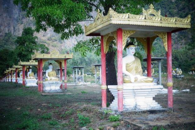 Les statues de Bouddha dans le jardin de Lumbini photo blog voyage https://yoytourdumonde.fr