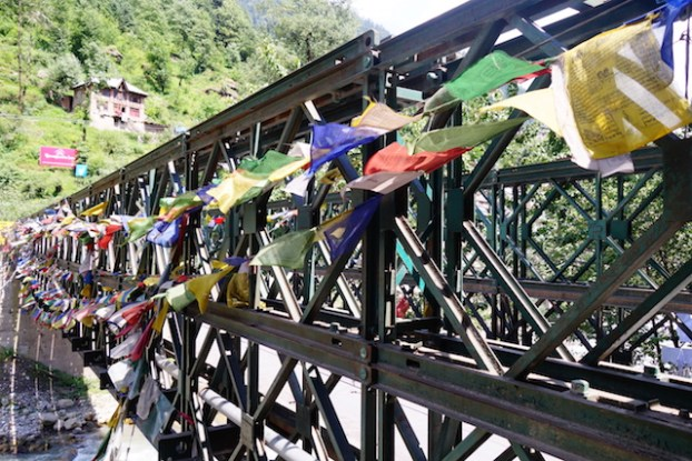 pont manali drapeau tibetains photo voyage tour du monde https://yoytourdumonde.fr
