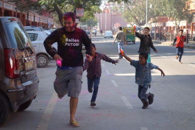 guerre de couleur durant la fete de Holi en Inde du coté de jodhpur photo blog voyage tour du monde https://yoytourdumonde.fr