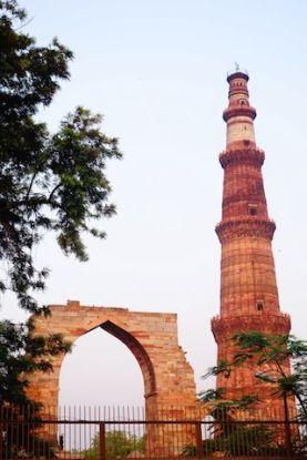 Vous retrouvez sur affiches et meme sur les jetons du metro le Qutb Minar à New Delhi veritable symbole de la ville photo blog voyage https://yoytourdumonde.fr
