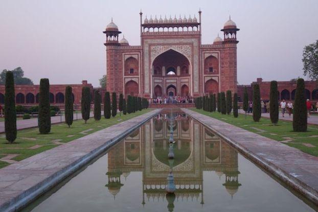 Le gres rouge a été utilisée pour la construction du taj Mahal notamment pour les portes d'entrées photo blog voyage tour du monde https://yoytourdumonde.fr