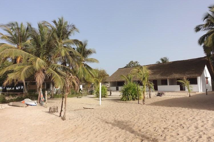 Il y a une très belle petite plage sur l'Ile des Féticheurs ou ile d'Ehidje en Casamance photo blog voyage tour du monde https://yoytourdumonde.fr