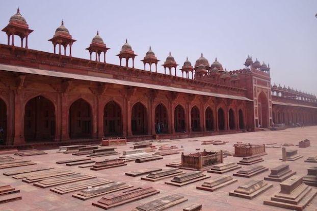 Dans la Jama Mosquée vous pouvez trouver des tombes. Photo voyage tour du monde https://yoytourdumonde.fr