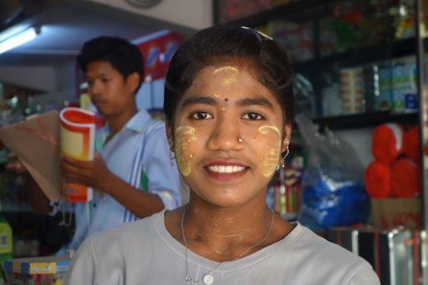 La Birmanie est un superbe pays pour prendre clichés photos de visages les gens sont content comme cette vendeuses de magasins à Mawlamyine blog voyage tour du monde https://yoytourdumonde.fr
