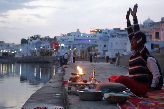 Offrandes et prieres à Pushkar dans le nord de l'Inde. Photo blog https://yoytourdumonde.fr