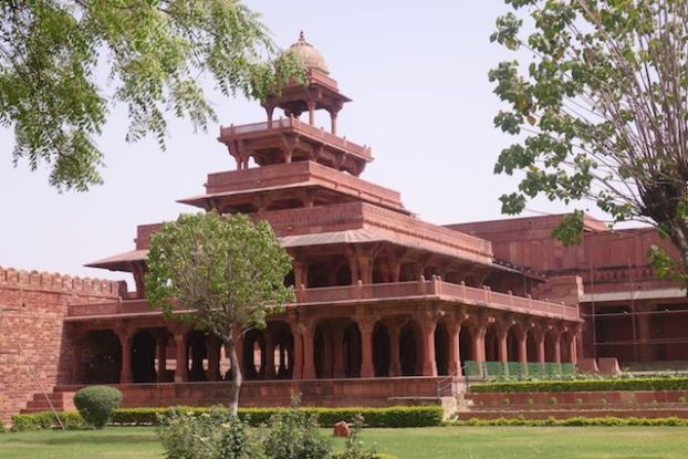 jardin et construction Fatehpur Sikri palais akbar photo blog voyage tour du monde. https://yoytourdumonde.fr