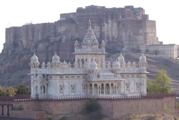 Jaswant Thada se trouve à quelques pas de la magnifique citadelle de Jodhpur en Inde dans le rajasthan photo blog voyage tour du monde https://yoytourdumonde.fr